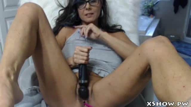 Gorgeous wet mommy orgasm on live cam