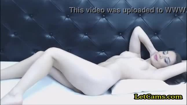 White camgirl show off her pussy on free chat